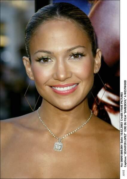 Jennifer Lopez cheevux tirés et teint hâlé pour la première de Daredevil en 2003