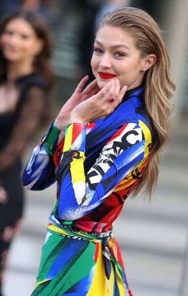 Gigi Hadid très colorée en Atelier Versace
