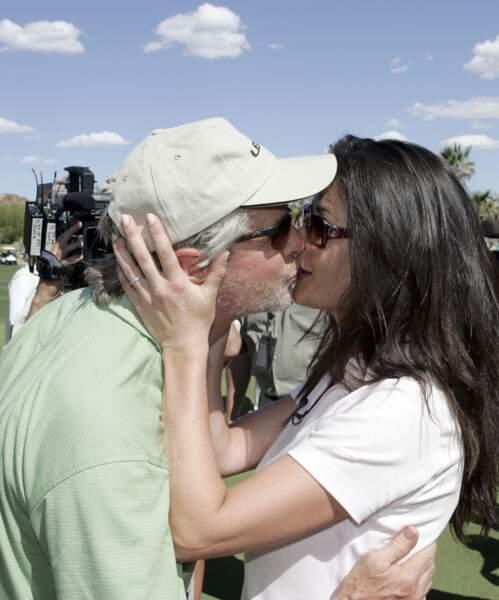 Catherine Zeta-Jones embrasse son époux sur le green