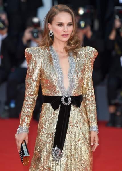 Natalie Portman en look hollywoodien avec les cheveux wavy, le smoky eyes et un décolleté renversant