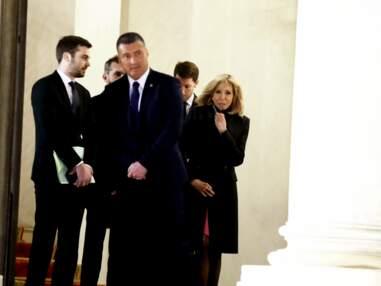 PHOTOS - Brigitte Macron rencontre la Première dame israélienne et brave le froid en jolie robe courte fuchsia et manteau ajusté