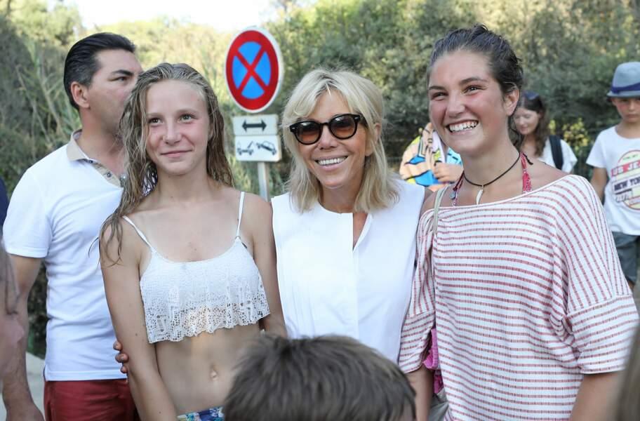 Brigitte Macron prend la pose avec des vacanciers devant le Fort de Brégançon le 7 août 2018