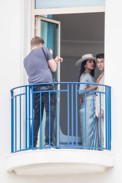 Priyanka Chopra et Nick Jonas se prêtent à une séance photo glamour dans leur chambre d'hôtel