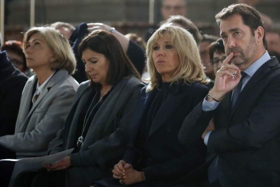 La messe a également été dite en présence d'Anne Hidalgo, maire de Paris, assise à la droite de Brigitte Macron