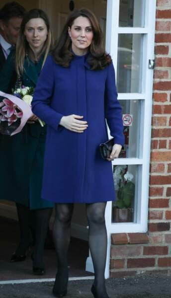 Kate Middleton sublime dans son sixième mois de grossesse dans un manteau fashion bleu marine