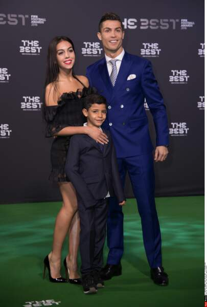 Cristiano pose officiellement avec sa nouvelle compagne, Georgina Rodriguez, et son fils, Cristiano Junior