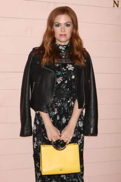 Isla Fisher porte le perfecto noir classique avec une robe fleurie pour un look de soirée