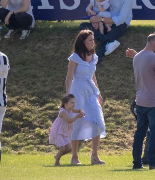Kate Middleton tout aussi belle en robe Zara pour jouer avec ses enfants George et Charlotte