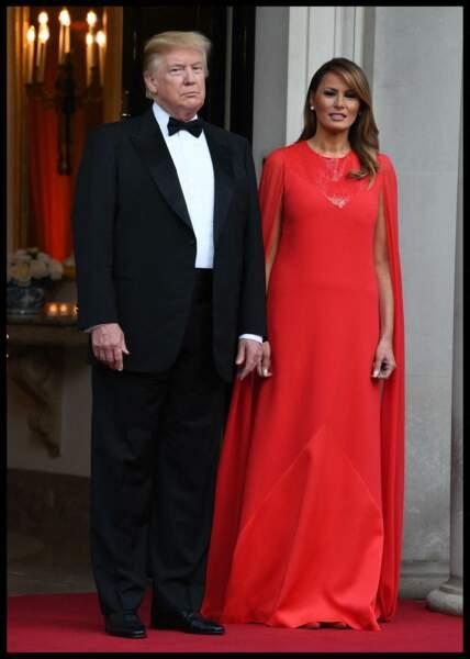 Melania Trump sublime en robe longue cape rouge le 4 juin 2019 pour un dîner d'Etat à l'ambassade britannique