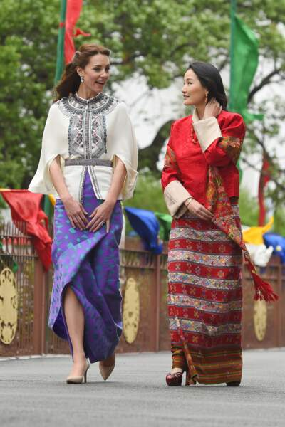 Concours d'élégance entre les deux jeunes femmes
