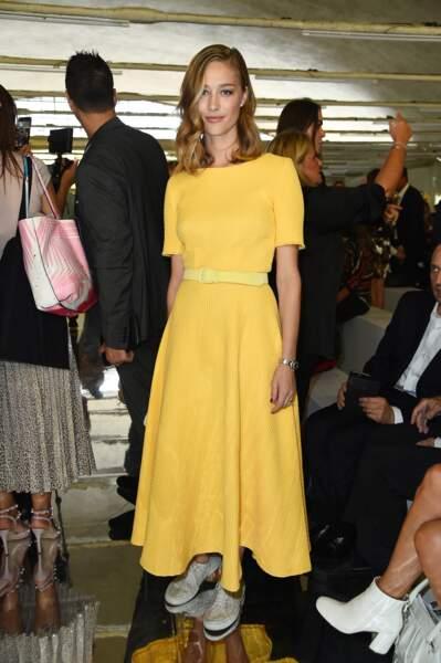 Beatrice Borromeo : une jeune femme solaire qui aime les couleurs vives portées en monochrome comme ici à Milan en
