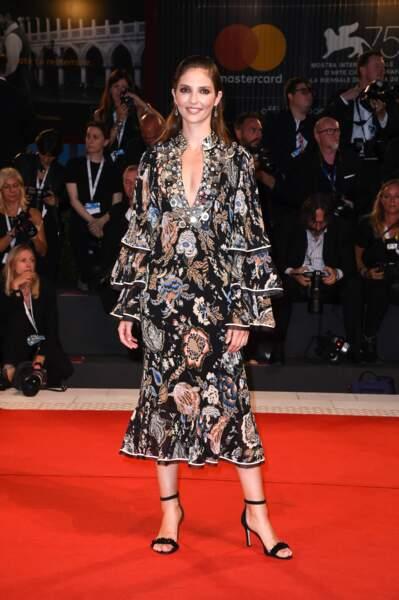 Annabelle Belmondo : sexy dans une robe fluide et décolletée Tory Burch