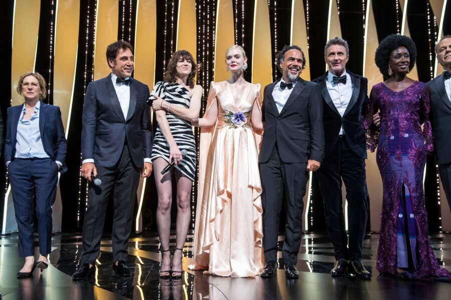 Charlotte Gainsbourg et Javier Bardem posant avec le jury du 72e Festival de Cannes