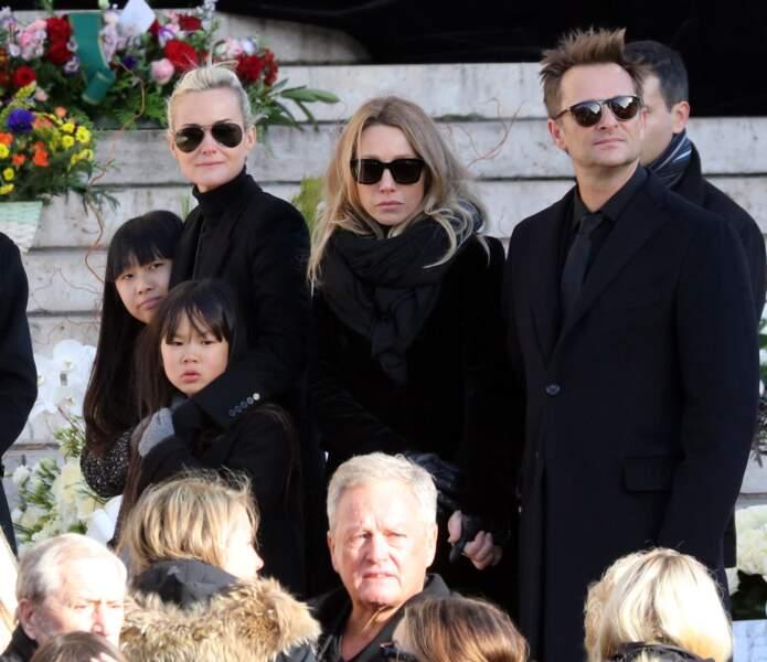 Convoi funéraire de Johnny Hallyday à l'église de Madeleine : David et Laura protecteurs avec Jade et Joy