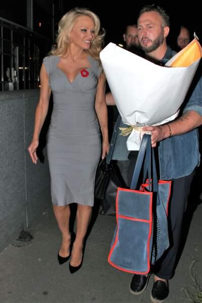 Liner épais, cheveux blonds wavy et robe moulante pour Pamela Anderson