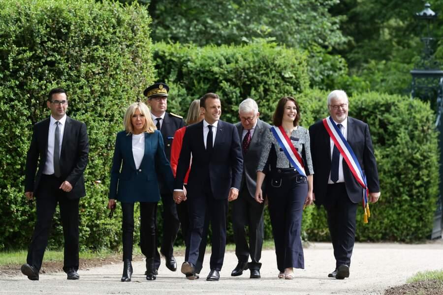 Brigitte Macron le 30 mai au chateau de la Ferney Voltaire avec une veste foncée et
