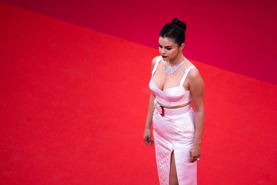Selena Gomez et son chignon torsadé réalisé par Marissa Marino, le 14 mai 2019 à Cannes