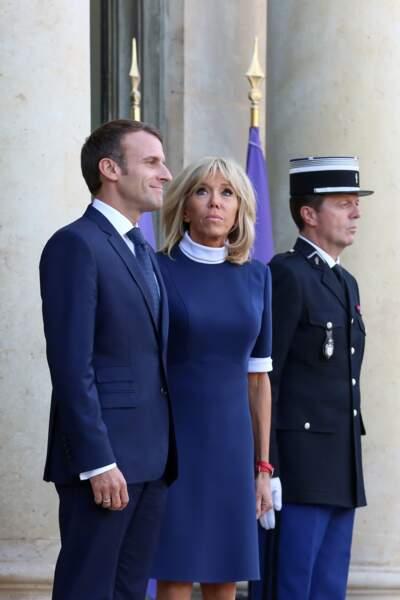 Emmanuel Macron aux côtés de la première dame Brigitte Macron , tous les deux assortis en bleu et blanc