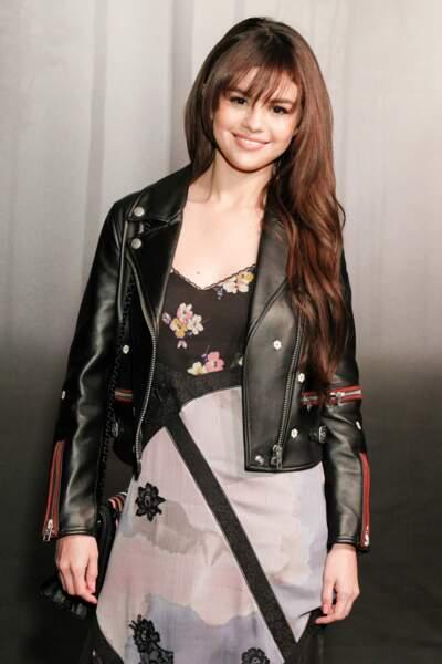 Selena Gomez mise aussi sur le perfecto glamour par-dessus une robe gypsie