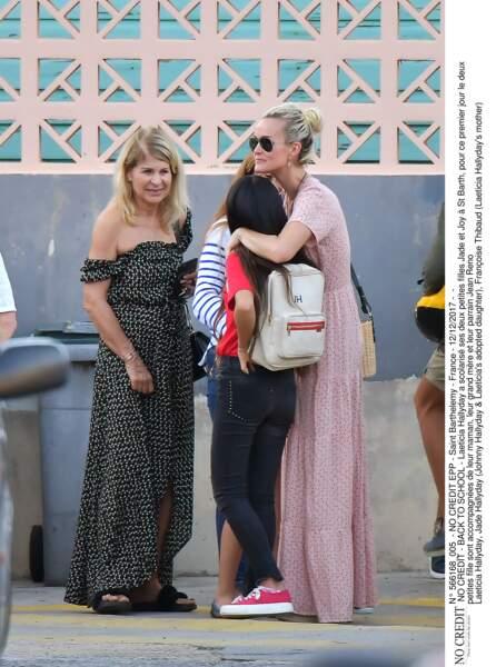 Laeticia Hallyday accompagne Jade et Joy à l'école