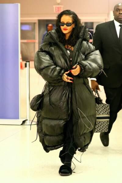 Rihanna est la reine de la démesure, la preuve avec cette doudoune quadruple XL.