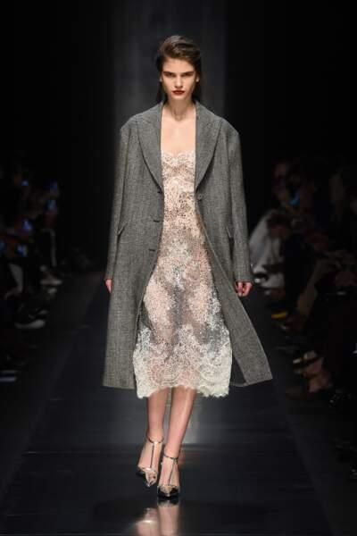 Lingerie de jour : Ermanno Scervino rend la lingerie chic accessible à toutes avec un long manteau oversize.