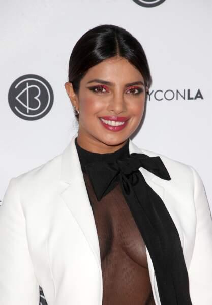 Priyanka Chopra ose le rouge flashy dans le coin interne pour réveiller ses yeux noirs et sa peau mate