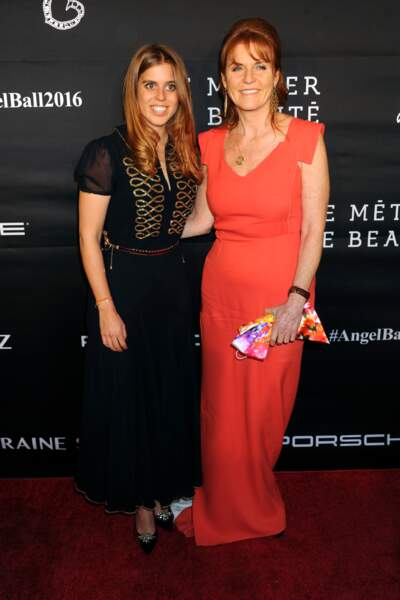 "La princesse Beatrice d'York et sa mère Sarah Ferguson lors du Gala 2016 ""Angel Ball"""
