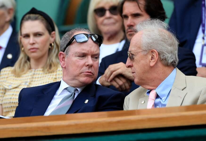 Le prince Albert de Monaco bavarde avec son voisin dans les tribunes de Wimbledon, le 10 juillet 2019