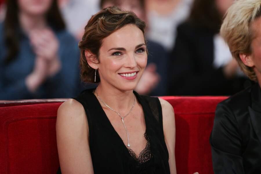 """Claire Keim et son chignon bas cranté, sur le plateau de """"Vivement Dimanche"""", en 2012"""