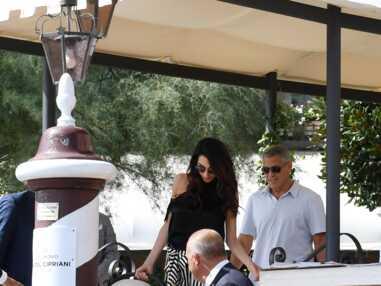 George et Amal Clooney quittent leur hotel à Venise avec leurs bébés dans leur couffin