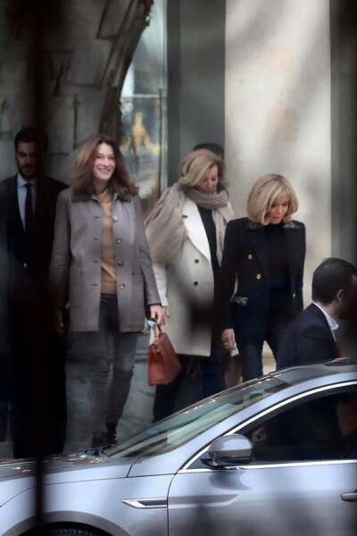 Brigitte Macron, avec Carla Bruni-Sarkozy et Valérie Trierweiler après leur déjeuner à l'Elysée, le 24 janvier 2019