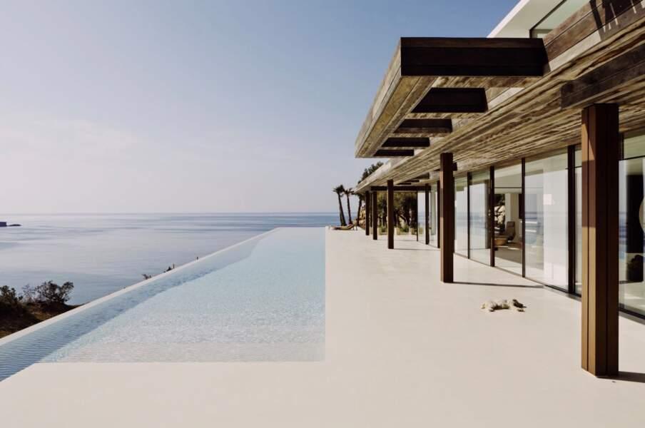 La villa de Meghan Markle et du prince Harry à Ibiza possède bien évidemment une piscine
