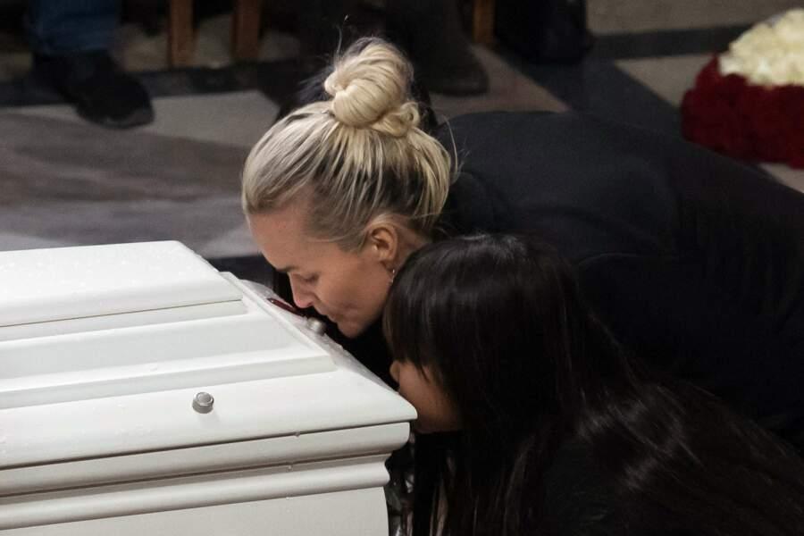 Laeticia et sa fille devant le cercueil de Johnny