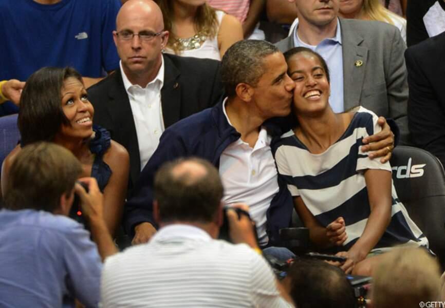 Barack embrasse Malia au lieu de Michelle pendant le match amical de basketball Etats-Unis-Brésil aux JO, 16 juille
