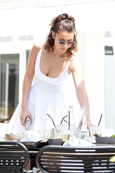 Bella Hadid déjeune avec des amis à l'hôtel Martinez lors du 71ème Festival International du Film de Cannes