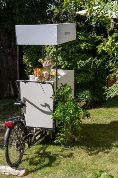 Un élégant pic-nic a été organisé dans le jardin de la maison Louis Vuitton pour célébrer le sac Capucines.