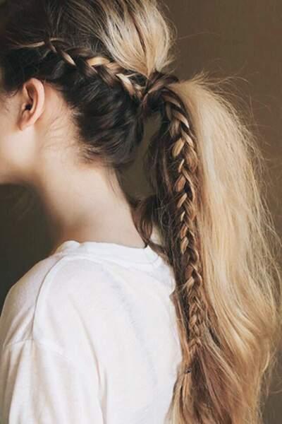 On agrémente la ponytail d'une tresse sur le côté pour éviter les mèches folles