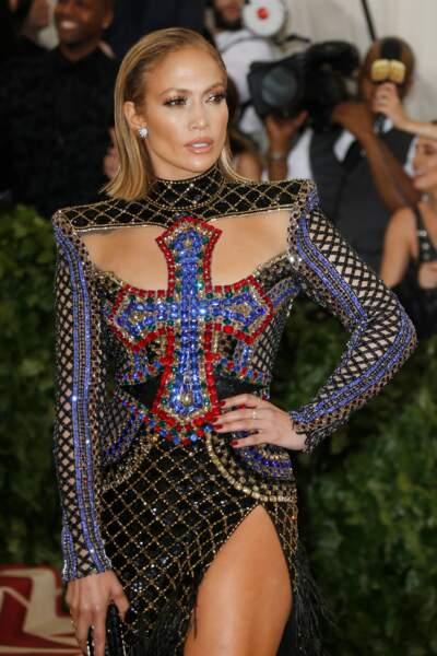 Jennifer Lopez les cheveux courts plaqués en arrière