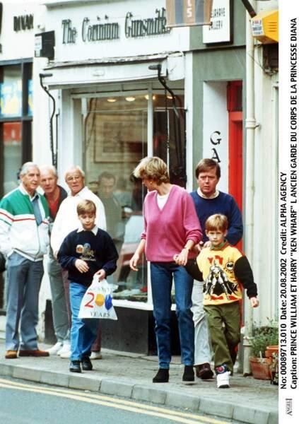 Diana, Harry et William font du shopping dans les rues de Cirencester, dans le Gloucestershire, en 1992