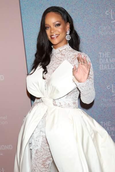 Rihanna sublime avec ses cheveux longs lissés et un maquillage fort