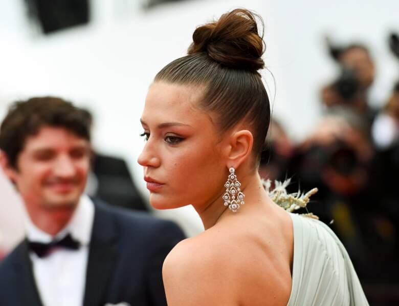 """Chignon haut et cheveux plaqués effet """"wet look"""" pour Adèle Exarchopoulos à Cannes"""