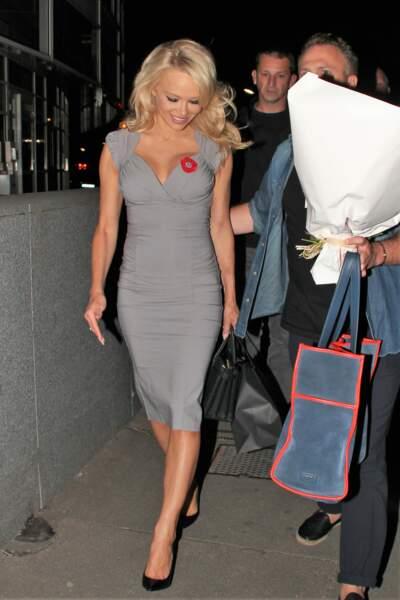 Pamela Anderson toujours aussi sexy dans sa robe grise moulante