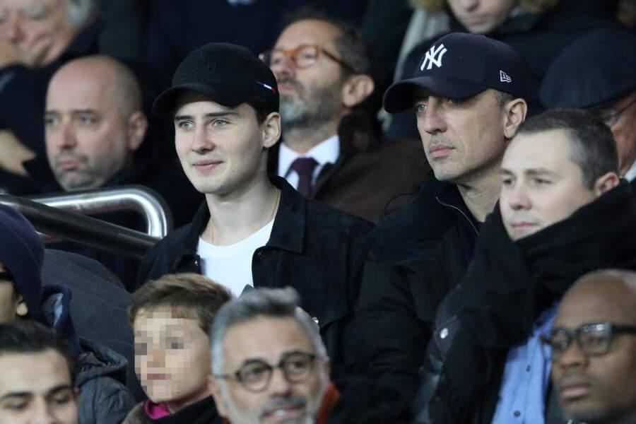 Noé Elmaleh esquisse un sourire face à son père Gad Elmaleh ce 2 novembre dans les tribunes du Parc des Princes