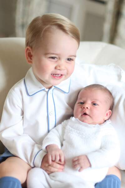 les premières photos de la princesse Charlotte (alors âgée de deux semaines) avec son frère George, en mai 2015