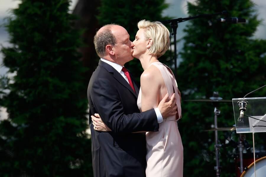 Charlène et Albert s'embrassent à l'occasion des célébrations des 10 ans de règne du prince, à Monaco, en 2015