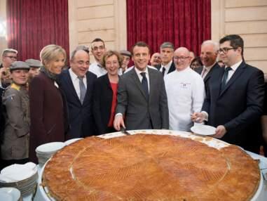 Quand Brigitte Macron découpe la galette des rois géante de l'Elysée