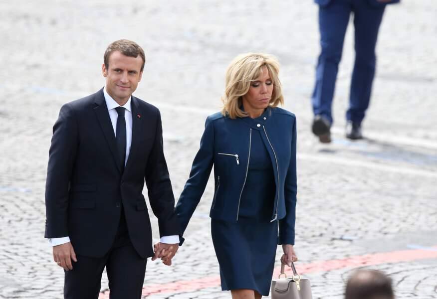 14 juillet 2017 : Brigitte Macron récidive avec la robe courte et la veste zippée ouverte place de la Concorde