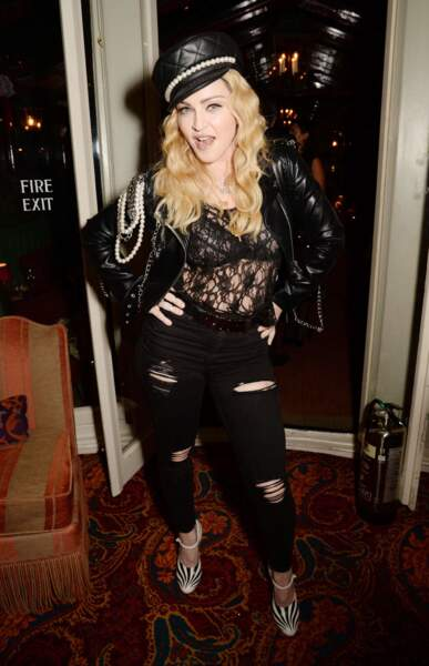 Accumulation d'accessoires, jean lacéré daté, top en dentelle loin du chic... Rien ne va dans ce look de Madonna
