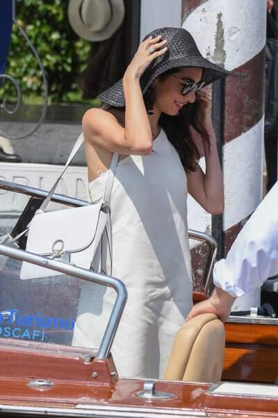 Amal Clooney arborait également un sac à main blanc, associé à sa robe